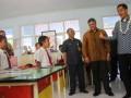 Menteri Perdagangan Gita Wirjawan (kanan) didampingi presdir PT. Nestle Indonesia, Arshad Chaudhry (dua kanan) saat mengunjungi Nestle Healthy Kid Scholl di SD Tanggulangin, Kejayan, Pasuruan, Jawa Timur, Selasa (24/7). Kunjungan kerja tersebut merupakan upaya untuk mendorong produsen susu dalam negeri dalam peningkatan produktivitas untuk memenuhi kebutuhan susu nasional yang mencapai 3,5 juta ton pertahun sehingga mampu mengurangi angka impor susu. (FOTO ANTARA/Ari Bowo Sucipto)