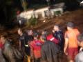 Tim SAR bersama warga berusaha menolong warga di sebuah rumah yang terkepung banjir bandang di Kelurahan Limaumanis, Kec. Pauh, Padang, Sumbar, Selasa (24/7) malam. Banjir bandang tersebut menyebabkan puluhan rumah di bantaran Sungai Limaumanis dan Batangkuranji dihantam arus air yang membawa material kayu dan batu. (ANTARA/Iggoy el Fitra)