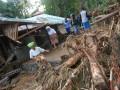 Warga melintas di depan rumah yang rusak akibat diterjang banjir bandang, di Kelurahan Koto Panjang, Kecamatan Pauh, Padang, Sumbar, Rabu (25/7). Banjir bandang yang merendam puluhan rumah di sejumlah kelurahan di Lima Kecamatan, di Padang itu, membuat ratusan warga terpaksa mengungsi, sejumlah rumah dilaporkan rusak berat dan hanyut terbawa air. (ANTARA/Iggoy el Fitra)