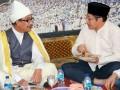 Ketua Umum DPP Partai Demokrat (PD) Anas Urbaningrum (kanan) dan pemimpin Ponpes Al-Kautsar Al-Akbar Buya Syekh Ali Akbar Marbun melaksanakan sahur bersama di ponpes Al-Kautsar Al-Akbar, Medan, Sumatera Utara, Rabu (25/7). Dalam silaturahmi tersebut, Anas didampingi sejumlah anggota DPR Fraksi PD seperti Ramadhan Pohan dan Sutan Batoeghana, serta pengurus DPD PD Sumatera Utara. (FOTO ANTARA/Ridhwan Ermalamora/HO)