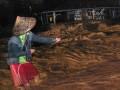 Seorang warga berpegangan pada sebuah tali melintasi banjir di Kelurahan Limaumanis, Kecamatan Pauh, Padang, Sumbar, Selasa (24/7) malam. Banjir bandang di sekitar bantaran Sungai Limaumanis dan Batangkuranji tersebut membawa material kayu yang mengakibatkan puluhan rumah rusak. (FOTO ANTARA/Iggoy el Fitra)