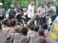 Sekitar 165 warga yang telibat pertikaian ditangkap Polisi saat hendak saling serang di Kwamki Lama, Timika, Papua, Rabu (25/7). Kepolisian Mimika menegaskan akan melakukan proses hukum terhadap warga yang menjadi provokator dan membawa alat perang tradisional karena upaya penyelesaian damai secara adat belum juga diterima kedua pihak yang bertikai. (FOTO ANTARA/Spedy Paereng)
