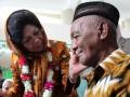 Menteri Kesehatan Nafsiah Mboi memeriksa kesehatan seorang warga usia lanjut saat meninjau Pos Pembinaan Terpadu Penyakit Tidak Menular (Posbindu PTM) di Desa Alue Deah Tengoh, Kec. Meuraxa, Kota Banda Aceh, Rabu (25/7). Menteri Kesehatan meresmikan Posbindu PTM pertama di Provinsi Aceh untuk memberikan pelayanan kesehatan kepada warga usia subur dan lanjut. (ANTARA/Irwansyah Putra)