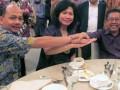 FORUM PEMRED - Ketua Forum Pemimpin Redaksi, yang juga Pemred majalah berita Tempo, Wahyu Muryadi (kiri), Dirut PT Pertamina Karen Agustiawan (tengah), dan Penasehat Forum Pemred, yang juga Pemred TV One, Karni Ilyas, (kanan) berjabatan tangan saat acara buka puasa bersama di Jakarta, Kamis (26/7). Ketua Forum Pemred pada kesempatan itu memberikan dukungan agar PT Pertamina bisa berkembang menjadi perusahaan kelas dunia pada tahun 2025. (FOTO ANTARA/Benny S Butarbutar).