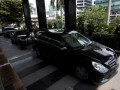 Beberapa mobil mewah tampak berjajar di halaman gedung KPK, Jakarta, Kamis (26/7). Sejumlah mobil tersebut milik teman Miranda Goeltom yang datang menjenguk dan memberi dukungan kepada mantan deputi gubernur senior Bank Indonesia itu. (FOTO ANTARA/Rosa Panggabean)