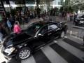 Beberapa mobil mewah tampak berjajar di halaman gedung KPK, Jakarta, Kamis (26/7). Sejumlah mobil tersebut milik teman, dan kolega Miranda Goeltom yang datang menjenguk dan memberi dukungan kepada mantan deputi gubernur senior Bank Indonesia itu. (FOTO ANTARA/Rosa Panggabean)