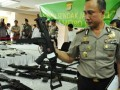 Kepala biro operasional Agung Budi Maryoto, menujukkan salah satu senjata api airsoft gun laras panjang hasil sitaan dalam Operasi Sidak Jaya 2012 di Polda Metro Jaya, Jakarta, Kamis (26/7). Selama sembilan hari mulai 17-25 juli 2012 dalam Operasi Sendak Jaya 2012, aparat kepolisian menyita puluhan senjata api airsoft gun panjang dan pendek, tiga buah senjata api rakitan, serta 200.248 petasan. (FOTO ANTARA/Puji kurniasari)