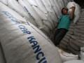 Pekerja memindahkan kedelai ketika bongkar muat kedelai impor di Jakarta, Jumat (27/7). Pemerintah berencana membebaskan bea masuk kedelai hingga akhir 2012 mengingat tingginya harga kedelai internasional, yang berdampak langsung ke pengerajin tahu tempe di tanah air. (ANTARA/M Agung Rajasa)
