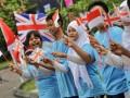 Sejumlah siswa SMP dan siswa pondok pesantren mengibarkan bendera Indonesia dan bendera Inggris menyambut pembukaan Olimpiade London 2012, Jakarta, Jumat (27/7). Kedutaan Inggris berharap bendera Indonesia berkibar saat perolehan medali dalam Olimpiade di London yang akan dibuka secara resmi Jumat (27/7) pukul 21.00 waktu London, atau Sabtu (28/7) pukul 3.00 WIB dini hari. (FOTO ANTARA/Yudhi Mahatma)