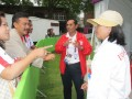 Menpora Andi Mallarangeng berbincang dengan pelatihIka, Endah Silistyorini (paling kanan) (27/7). (ANTARA News/Fitri Supratiwi)