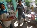 Pengurus sekolah membersihkan buku-buku yang masih bisa dipakai akibat terendam lumpur pasca banjir bandang, di SMAN 12 Padang, Kecamatan Nanggalo, Padang, Sumbar, Minggu (29/7). Pasca banjir pada Selasa (24/9), sekolah tersebut baru dapat dibersihkan, namun dari 20 ribu buku di perpustakaan, sebagian besar tidak bisa dipakai karena terendam lumpur dengan total kerugian mencapai Rp300 juta. (ANTARA/Iggoy el Fitra)