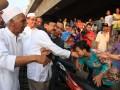Gubernur DKI Jakarta Fauzi Bowo mengunjungi korban kebakaran Pekojan, Tambora, Jakarta, Minggu (29/7). Kebakaran yang terjadi pada Sabtu (28/7) siang kemarin mengakibatkan 125 rumah hangus terbakar dan 1.350 jiwa terpaksa mengungsi di tenda darurat maupun di bangunan Masjid yang luput dari si jago merah. (ANTARA/ Dhoni Setiawan)