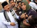 Gubernur DKI Jakarta Fauzi Bowo (kiri) mengunjungi korban kebakaran Pekojan, Tambora, Jakarta, Minggu (29/7). Kebakaran yang terjadi pada Sabtu (28/7) siang kemarin mengakibatkan 125 rumah hangus terbakar dan 1.350 jiwa terpaksa mengungsi di tenda darurat maupun di bangunan Masjid yang luput dari si jago merah. (ANTARA/ Dhoni Setiawan)