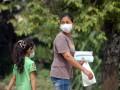 Warga menutup hidung dan mulut mereka menggunakan masker agar terhindar dari debu jalanan pasca banjir bandang, di Gurun Laweh, Kecamatan Nanggalo, Padang, Sumbar, Minggu (29/7). Posko Kesehatan Gurun Laweh mencatat, kebanyakan warga atau pengungsi korban banjir bandang di daerah tersebut mulai terjangkit infeksi saluran pernapasan akut (ISPA) karena debu bekas lumpur kering dan penyakit kulit akibat air kotor. (ANTARA/Iggoy el Fitra)