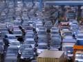 Sejumlah kendaraan yang bergerak dari Tol Jagorawi terjebak kemacetan di pintu masuk tol dalam kota di Kampung Makassar, Jakarta Timur, Senin (30/7). Kemacetan yang kerap terjadi itu selain diakibatkan ruas jalan yang sudah tidak dapat menampung jumlah kendaraan, juga belum tersedianya transportasi massal yang memadai.(ANTARA/Saptono)