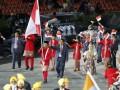 Pembawa bendera Kontingen Indonesia Gede Sudartawa, saat sedang memimpin parade atlet kontingen Indonesia dalam membukaan acara Olimpiade london 2012, di stadion olimpiade,London, Jumat (27/7). (Foto Antara/Reuters/mike blake)