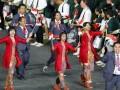 Anggota Kontingen Indonesia membawa bendera Nasional, saat mengikuti parade atlet dalam upacara pembukaan Olimpiade London 2012, di Stadion Olimpiade, Jumat (27/7). (Foto ANTARA/REUTERS/Mike Blake)
