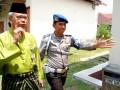 Ketua Harian Panitia Besar PON Riau, Syamsurizal (kanan), saat akan menjalani pemeriksaan KPK di Sekolah Polisi Negara, di Pekanbaru, Senin (30/7). KPK memeriksa Syamsurizal sebagai saksi untuk tersangka mantan Kadispora Riau Lukman Abbas dalam kasus dugaan korupsi proyek PON XVIII di Riau.(FOTO ANTARA/FB Anggoro)