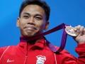 Atlet angkat besi Indonesia Irawan Eko Yuli memperlihatkan medalinya yang ia peroleh di nomor 62kg putra di Grup A Olimpiade London 2012, Senin (30/7). Irawan Eko Yuli berhasil meraih medali perunggu yang sekaligus menjadi medali pertama bagi Indonesia di Olimpiade London 2012. (ANTARA/REUTERS/Stefano Rellandini)