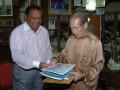 Pengusaha Nasional Indonesia yang berdomisili di Singapura Tong Djoe (kanan) menerima Gubernur Maluku Karel Alberth Ralahalu di Singapura, Senin (30/7). Kunjungan Gubernur tersebut untuk menyampaikan undangan kepada para pengusaha Singapura untuk berinvestasi di Maluku. (ANTARA/Ali Anwar)