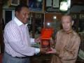 Pengusaha Nasional Indonesia yang berdomisili di Singapura Tong Djoe (kanan) menerima cenderamata dari Gubernur Maluku Karel Alberth Ralahalu di Singapura, Senin (30/7). Kunjungan Gubernur tersebut untuk menyampaikan undangan kepada para pengusaha Singapura untuk berinvestasi di Maluku. (ANTARA/Ali Anwar)