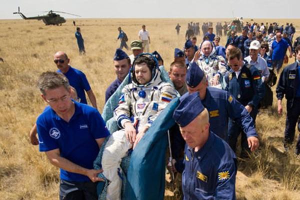 Awak pesawat antariksa Soyuz mendarat di Kazakhstan