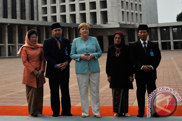German Chancellor visits Istiqlal Mosque