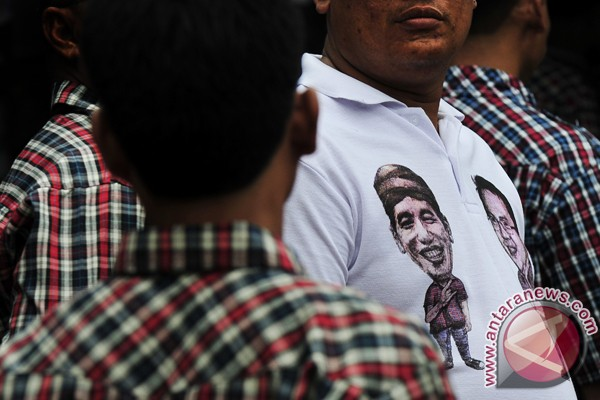 Kemeja kotak-kotak Jokowi diborong jelang Lebaran