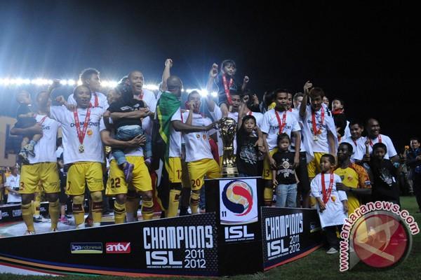 Ribuan pendukung Sriwijaya FC arak piala ISl