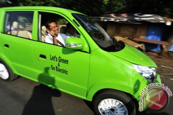 Dahlan Iskan test drive national electric car prototype