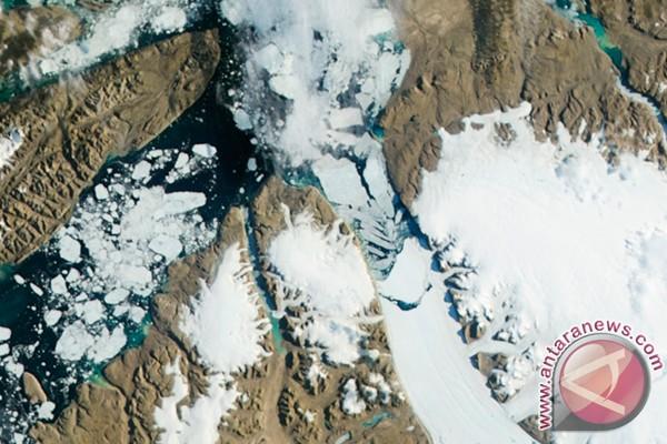 Gunung es besar terpisah dari Greenland