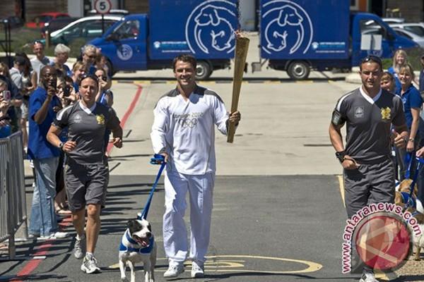 Obor Olimpiade singgah di Battersea Dogs