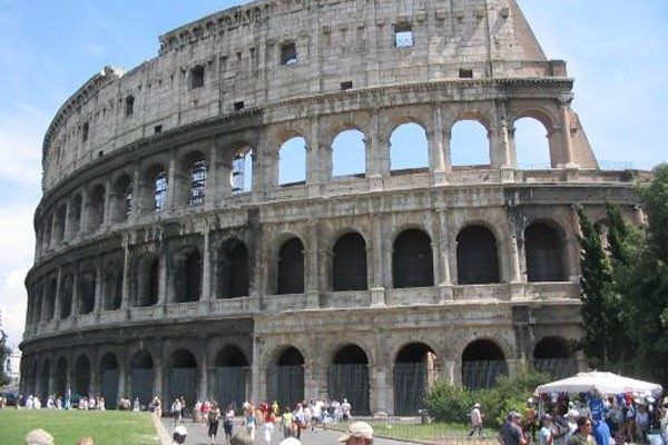 Colosseum Roma kini juga miring