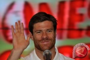 Bermain di laga ke-100, Alonso diganjar kartu merah