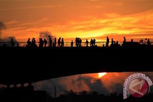 Warga Palembang padati Jembatan Ampera