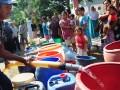 Sejumlah warga antre untuk mendapatkan air bersih di Kelurahan Kalinyamat Kulon, Tegal, Jateng, Rabu (1/8). Pada musim kemarau saat ini, dua kelurahan di daerah tersebut mengalami krisis air bersih terutama untuk kebutuhan mandi, masak dan mencuci. (ANTARA/Oky Lukmansyah)