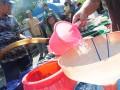 Sejumlah warga antre untuk mendapatkan air bersih di Kelurahan Kalinyamat Kulon, Tegal, Jateng, Rabu (1/8). Pada musim kemarau saat ini, dua kelurahan di daerah tersebut mengalami krisis air bersih terutama untuk kebutuhan mandi, masak dan mencuci,(ANTARA/Oky Lukmansyah)