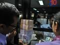 Dua nasabah menukarkan uang pecahan di Kantor Bank Indonesia Semarang, Jateng, Rabu (1/8). Bank Indonesia mencetak uang baru senilai Rp56,4 triliun untuk memenuhi kebutuhan masyarakat selama bulan Ramadhan dan Lebaran yang diperkirakan mencapai Rp89,4 triliun. (ANTARA/R. Rekotomo)