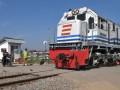 Pengendara sepeda motor menghentikan kendaraannya ketika sebuah kereta api melintas di perlintasan kereta api tanpa palang pintu, di Jalan Purwosari Semarang, Jateng, Rabu (1/8). Polda Jateng mencatat sebanyak 1.788 titik persimpangan perlintasan kereta api yang tersebar di berbagai daerah belum dilengkapi palang pintu pengaman. (FOTO ANTARA/R. Rekotomo)