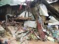 Seorang warga sedang mencoba menyelamatkan beberapa barang berharga pada bekas rumahnya yang dihantam banjir di kasasan Batu Merah Dalam, Kecamatan Sirimau, Kota Ambon, Maluku, Rabu (1/8) sore. Hujan lebat tanpa henti sejak tiga hari terakhir, mengakibatkan sebagian besar pemukiman dan ruas jalan di Ambon tergenang. (FOTO ANTARA/Embong Salampessy)