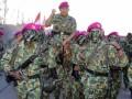 Komandan Pasmar-1 Brigadir Jenderal TNI (Mar) Tommy Basari Natanegara dipanggul sejumlah prajurit Korps Marinir sesaat upacara penyematan baret ungu Korps Marinir di pantai Pasir Panjang, Grati, Pasuruan, Jawa Timur, Rabu, (1/8). Setelah upacara pembaretan ini maka 50 prajurit TNI AL yang merupakan siswa Pendidikan Pertama Bintara (Dikmaba) Angkatan ke-31 Korps Marinir secara resmi berhak menggunakan baret ungu yang menjadi kebanggaan korps sekaligus menjadi keluarga besar Korps Marinir TNI AL. (FOTO ANTARA/Mar Kuwadi)