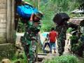 Anggota Yonif 733 Raider Kodam XVI/Pattimura membantu memindahkan barang milik warga yang rumahnya terkena banjir dan tanah longsor di Dusun Waiyori, Batu Gong, Kec. Baguala, Kota Ambon, Maluku, Jumat (3/8). Hujan lebat selama tiga hari menyebabkan sebagian besar pemukiman di Ambon terendam banjir dan terjadi tanah longsor yang menyebabkan 11 orang meninggal, belasan luka, ratusan rumah roboh dan rusak berat, dan 4.609 orang warga mengungsi. (ANTARA/Jimmy Ayal)