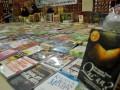 Sejumlah penjaga stan menunggu buku-buku yang di pamerkan pada Pameran Buku Islam di Masjid Raya Makassar, Sulsel, Sabtu (4/8). Pameran buku Islam tersebut akan berlangsung selama bulan suci Ramadhan 1433 H. (ANTARA/Yusran Uccang)