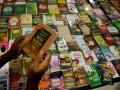 Seorang pengunjung mlihat salah satu buku Islam yang di pamerkan pada Pameran Buku Islam di Masjid Raya Makassar, Sulsel, Sabtu (4/8). Pameran buku Islam tersebut akan berlangsung selama bulan suci Ramadhan 1433 H.(ANTARA/Yusran Uccang)