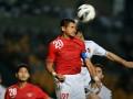 Striker Indonesia Bambang Pamungkas berusaha menyundul bola dalam pertandingan ekshibisi melawan Tim Valencia FC di Stadion Utama Gelora Bung Karno, Jakarta, Sabtu (4/8) malam. Valencia mengalahkan Tim Indonesia dengan angka 5-0. (ANTARA/Yudhi Mahatma)