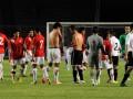 Pesepakbola Indonesia dan Valencia saling tukar kaos usai pertandingan ekshibisi di Stadion Utama Gelora Bung Karno, Jakarta, Sabtu (4/8) malam. Valencia mengalahkan Tim Indonesia dengan angka 5-0. (ANTARA/Yudhi Mahatma)