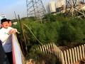 Gubernur DKI Jakarta Fauzi Bowo melihat langsung Jembatan Muara Karang usai diresmikannya di Penjaringan, Jakarta, Minggu (5/8). Jembatan sepanjang 52 meter dan lebar 15 meter ini menghabiskan anggaran sekitar Rp 11,4 miliar yang berasal dari APBN. (ANTARA/ Dhoni Setiawan)