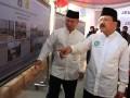 Gubernur DKI Jakarta Fauzi Bowo (kanan) bersama Kepala Dinas Pekerjaan Umum DKI Jakarta Ery Basworo (kiri) melihat foto dan gambar proses pembuatan Jembatan Muara Karang, Penjaringan, Jakarta, Minggu (5/8). Jembatan sepanjang 52 meter dan lebar 15 meter ini menghabiskan anggaran sekitar Rp 11,4 miliar yang berasal dari APBN. (ANTARA/ Dhoni Setiawan)