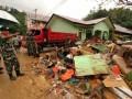 Komandan Korem (Danrem) 151/Binaiya, Kolonel Inf Asep Kurnaedi memimpin personil TNI di jajarannya untuk bersama-sama warga membersihkan sampah maupun sisa-sisa material akibat bencana banjir dan tanah longsor di Kota Ambon, Maluku, Minggu (5/8). Korem 151/Binaiya mengerahkan 500 personil untuk membantu korban banjir dan tanah longsor. (FOTO ANTARA/izaac mulyawan)
