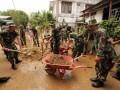 Sejumlah personil TNI di jajaran Korem 151/Binaiya membantu warga membersihkan sampah maupun sisa-sisa material akibat bencana banjir dan tanah longsor di Kota Ambon, Maluku, Minggu (5/8). Korem 151/Binaiya mengerahkan 500 personil untuk membantu korban banjir dan tanah longsor. (FOTO ANTARA/izaac mulyawan)